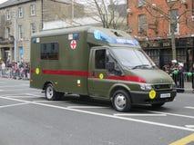 Ambulancia del camino del ejército con la pequeña Cruz Roja Imagen de archivo