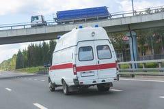 Ambulancia del coche en la carretera Imágenes de archivo libres de regalías
