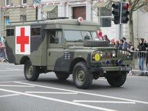 Ambulancia del ejército con la Cruz Roja Imagenes de archivo