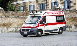 Ambulancia en el cuadrado de la gente en los primeros auxilios Imágenes de archivo libres de regalías