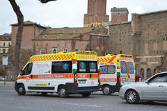 Ambulancia en la calle en Roma Foto de archivo libre de regalías