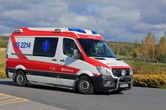 Ambulancia en llamada de emergencia Imágenes de archivo libres de regalías