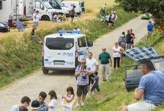 Ambulancia oficial en un camino del guijarro - Tour de France 2015 Imagenes de archivo