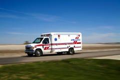 Ambulancia que responde a una llamada Imágenes de archivo libres de regalías
