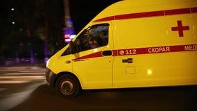 Ambulans i natten lager videofilmer