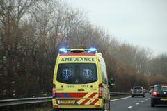 Ambulans med blåa blinkande ljus och siren på motorwayen A44 i Nederländerna arkivfoton