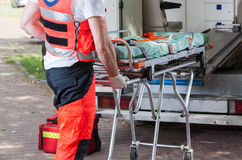 Ambulans och person med paramedicinsk utbildning arkivfoton