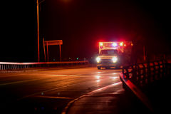 Ambulans på natten Arkivbild