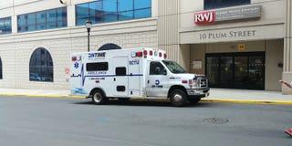 Ambulans parkerat utvändigt sjukhus royaltyfri foto