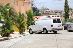 Ambulans som skriver in till ett hus Arkivbild