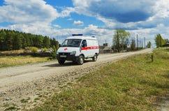 Ambulansbil i landsbygder Fotografering för Bildbyråer