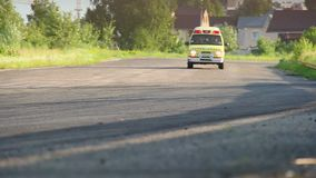 Ambulansbil med siren på körning av ökenloppspåret lager videofilmer