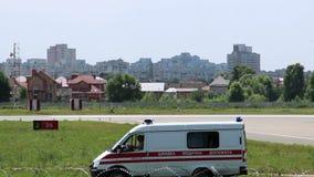 Ambulansbil på vägen lager videofilmer
