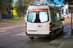Ambulansen går på nattstad Royaltyfri Foto