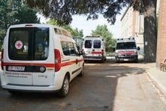 Ambulanser i en parkeringsplats i Italien royaltyfri foto