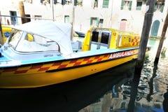 Ambulansowa łódź w Wenecja, Włochy zdjęcia stock