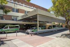 Ambulansowi pojazdów parkes przy Przeciwawaryjnego działu wejściem, Roya fotografia royalty free