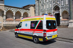 Ambulansowy samochód dostawczy przed historycznym kościół w Florencja Obrazy Royalty Free
