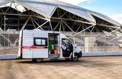 Ambulansowy samochód parkujący up blisko Samara areny stadionu futbolowego Zdjęcia Stock