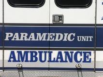 ambulansperson med paramedicinsk utbildningenhet Royaltyfri Bild