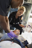 ambulansperson med paramedicinsk utbildningtålmodig Fotografering för Bildbyråer