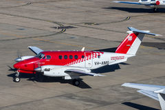 Ambulansservice av flygplan för flygambulans för New South Wales Beechcraft konung Air 200 på Sydney Airport Arkivfoto