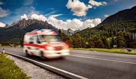 Ambulansskåpbilarbetskopia down huvudvägen Royaltyfria Bilder