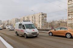 Ambulanza basata su un furgone di Mercedes in fretta per chiamare sul clea fotografia stock