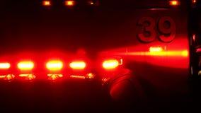 Ambulanza che allontana con le luci rosse istantaneo stock footage
