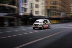 Ambulanza d'accelerazione durante l'emergenza fotografia stock
