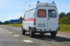 Ambulanza dell'automobile sulla strada principale Fotografie Stock Libere da Diritti