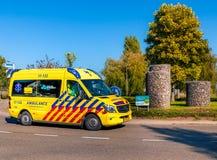 Ambulanza olandese sulla rotonda fotografie stock