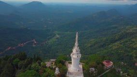 Ambuluwawa寺庙鸟瞰图在斯里兰卡,与绿色山的美好的风景 股票录像