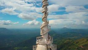 Ambuluwawa寺庙鸟瞰图在斯里兰卡,与绿色山的美好的风景 股票视频
