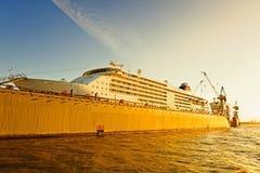 Amburgo, cantiere navale al fiume Elba, nave da crociera Fotografia Stock