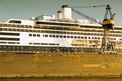 Amburgo, cantiere navale con la nave da crociera Immagine Stock Libera da Diritti
