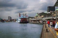 AMBURGO, GERMANIA - 22 AGOSTO 2016: Barche e la gente al porto Immagine Stock