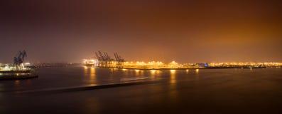 Amburgo, Germania 5 aprile 2019: Panorama di notte del porto a Amburgo Terminale di contenitore Burchardkai fotografie stock libere da diritti