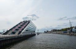 Amburgo, Germania - 12 aprile 2014: Vista sul Dockland, Norderelbe, casa di riposo Augustinum, Museumshaven Oevelgoenne Fotografia Stock Libera da Diritti