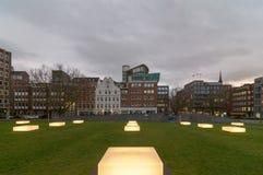 Amburgo, Germania - 24 gennaio 2014: Vista ai banchi illuminati di Domplatz a Amburgo nella sera Immagini Stock Libere da Diritti