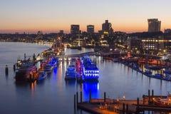 Amburgo, Germania - 18 giugno 2017: Porto di Amburgo alla sera di estate Immagine Stock Libera da Diritti