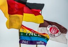 Amburgo, Germania, il 10 dicembre 2017: Bandiere del club F di calcio Fotografia Stock Libera da Diritti