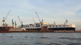 Amburgo, Germania Il porto, le navi porta-container e le gru video d archivio