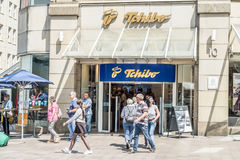 Amburgo, Germania - 14 luglio 2017: Clienti chegodono dell'offerta del deposito di Tchibo Immagini Stock
