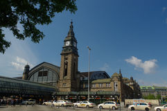 AMBURGO, GERMANIA - 18 LUGLIO 2015: Hauptbahnhof è la stazione ferroviaria principale nella città, nell'più occupato nel paese e  Immagine Stock Libera da Diritti