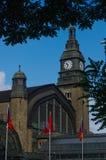 AMBURGO, GERMANIA - 18 LUGLIO 2015: Hauptbahnhof è la stazione ferroviaria principale nella città, nell'più occupato nel paese e  Fotografie Stock Libere da Diritti