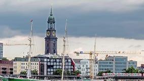 Amburgo, Germania - 14 luglio 2017: Il fiume Elba sta pilotando lungo l'orizzonte della città di Amburgo con la st famosa del ` s archivi video