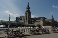 AMBURGO, GERMANIA - 18 LUGLIO 2015: il Hauptbahnhof è la stazione ferroviaria principale nella città, il più occupato nel paese Fotografie Stock