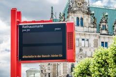 Amburgo, Germania - 14 luglio 2017: Rappresentazione elettronica del segno che la fermata dell'autobus Rathausplatz non può esser Fotografie Stock Libere da Diritti