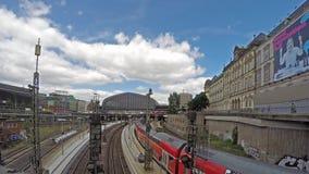 Amburgo, Germania - 14 luglio 2017: Treni che arrivano e che lasciano il mainstation di Amburgo archivi video